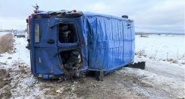 Bus z sześcioma osobami przewrócił się na drodze [zdjęcia]