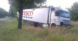 Kilka metrów od tragedii - ciężarówka wypadła z drogi