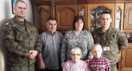 Żołnierze Obrony Terytorialnej pomagają bohaterom