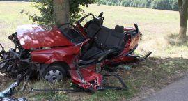 Tragiczny wypadek: zginęły dwie osoby. Passat uderzył w drzewo