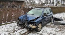 Opel uderzył w ogrodzenie. Poszkodowana ciężarna z dzieckiem [zdjęcia]