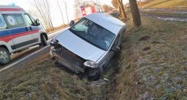 VW zderzył się z innym pojazdem i wjechał do rowu [zdjęcia]