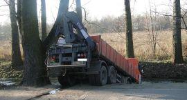 Ciężarówka stoczyła się do rzeki w centrum Ciechanowa (zdjęcia)