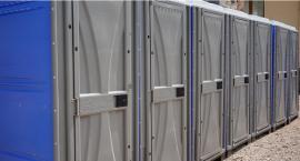 Tabliczka zamiast toi toia. Mieszkańcy narzekają na brak toalet przy cmentarzu komunalnym