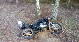 Uderzył w auto i wylądował w lesie. Wypadek motocyklisty w gm. Glinojeck [zdjęcia]