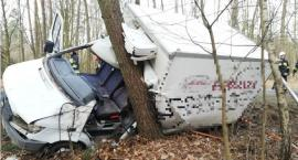 Mercedes uderzył w drzewo w gm. Regimin. Kierowca był zakleszczony w aucie [zdjęcia]