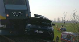 Wypadek na przejeździe. Toyota zderzyła się z szynobusem