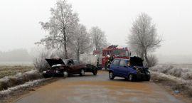 Czołowe zderzenie Opla z Fiatem. Dwie osoby zostały ranne