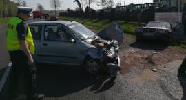 Mercedes uderzył w Fiata i pieszego. Poranny wypadek na krajówce