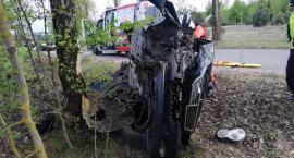 Mercedes uderzył w drzewo. Za kierownicą pijany senior