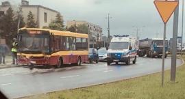 Potrącenie pieszego przy rondzie w Ciechanowie. Wcześniej osóbówka uderzyła w autobus [zdjęcia]