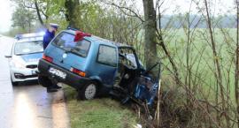 Fiat uderzył w drzewo. Kierowca pijany, pasażer w szpitalu