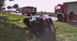 VW uderzył w drzewo i dachował pod Ciechanowem [zdjęcia]