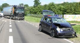 Po zderzeniu osobówki z tirem - kierowca zmarł w szpitalu