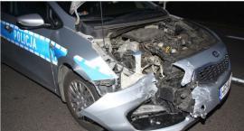 Rozbity radiowóz i ranni policjanci po zderzeniu pięciu samochodów [zdjęcia]