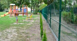 Nowe ogrodzenie i nasadzenia przy miejskim przedszkolu