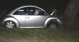 25 - latek uderzył autem w drzewo. Przewoził tytoń bez akcyzy