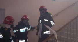 Ćwiczenia przeciwpożarowe w komendzie policji