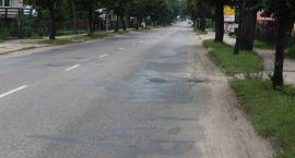 Płońska dołuje kierowców. Miasto nie może doczekać się modernizacji drogi.