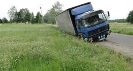 Ciężarówka w rowie - droga częściowo zablokowana przez godzinę