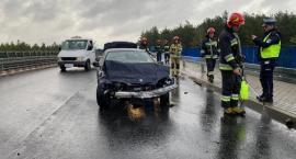 BMW uderzyło w barierę. Poranny wypadek na wiadukcie [zdjęcia]