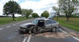Wypadek pod Glinojeckiem: Opel uderzył w tira (zdjęcia)