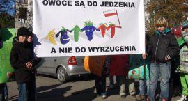 Żywność zastrajkowała! Strajk owoców i warzyw na ulicach Ciechanowa - relacja wideo