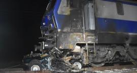 Pociąg zmiażdżył BMW. Auto i lokomotywa stanęły w płomieniach