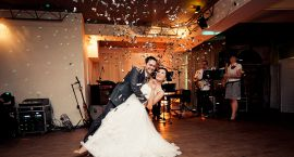 Porady ślubne: 8 szybkich hitów muzycznych na pierwszy taniec dla Pary Młodej