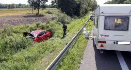 Wypadek samochodu z przyczepą kempingową. Autem podróżowała cała rodzina