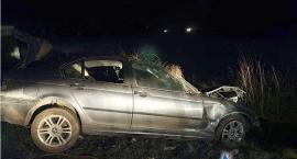 BMW uderzyło w słup i dachowało pod Glinojeckiem [zdjęcia]