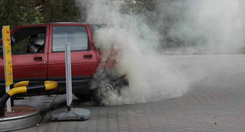Wypadki, Mnóstwo policji straży Samochód uderzył dystrybutor paliwa! [FOTO] - zdjęcie, fotografia
