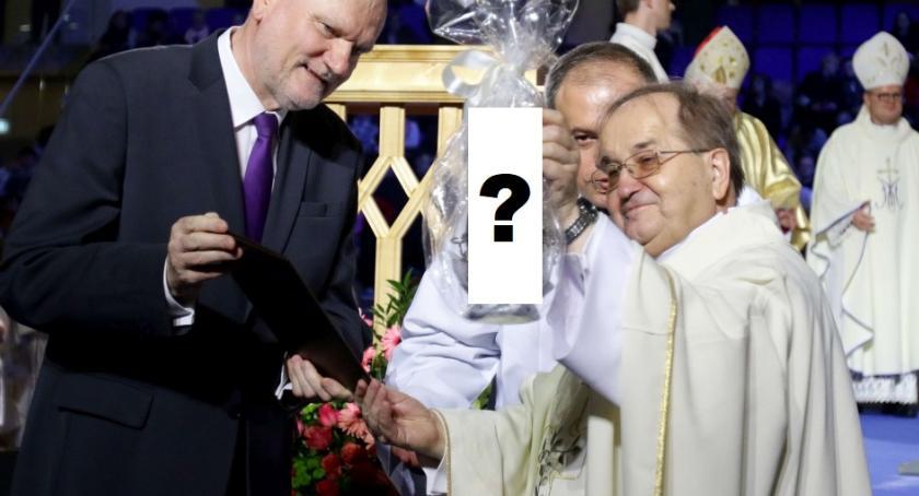 Religia, prezent dostał Rydzyk prezydenta Torunia - zdjęcie, fotografia