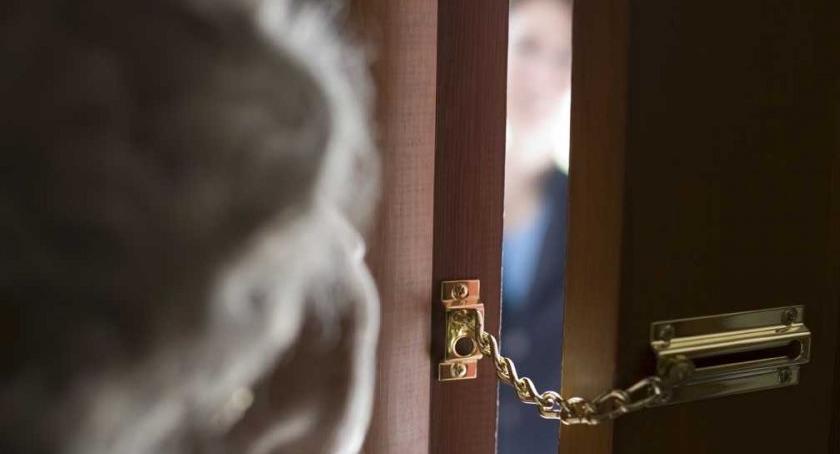 Komunikaty, gości chyba spodziewacie! może zapukać Waszych drzwi - zdjęcie, fotografia