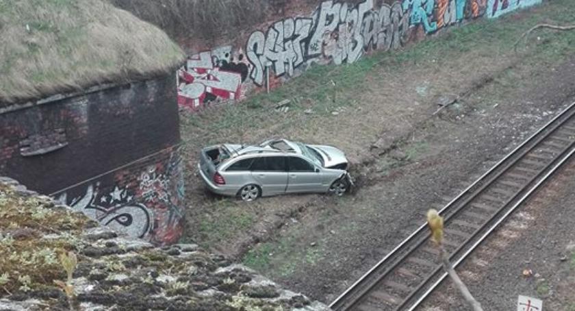 Wypadki, Wypadł ronda wpadł tunelu Policja siedział kółkiem - zdjęcie, fotografia
