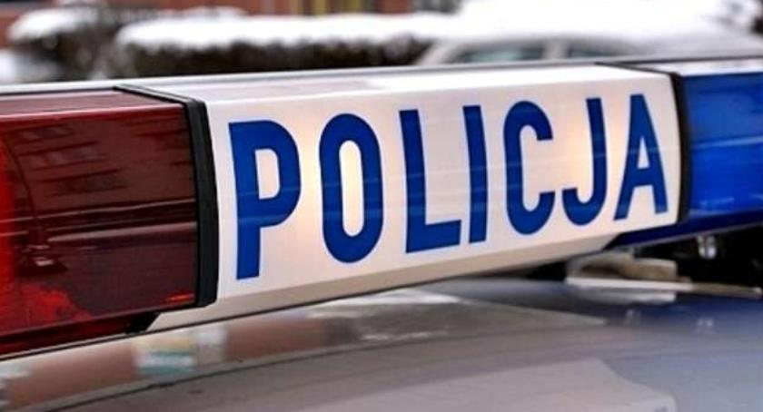Wypadki, Policyjny pościg ulicami Torunia Samochód skończył jazdę drzewie! - zdjęcie, fotografia