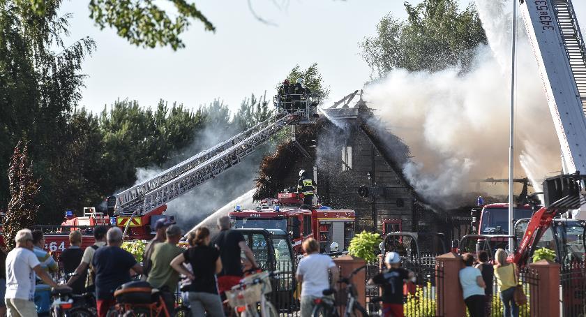 Straż pożarna, Kilkadziesiąt zastępów straży pożarnej akcji płonęła słynna karczma [FOTO] - zdjęcie, fotografia