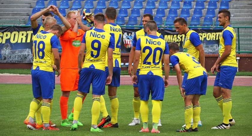 Piłka Nożna, Piłkarze Elany Toruń zwycięskiej ścieżce - zdjęcie, fotografia