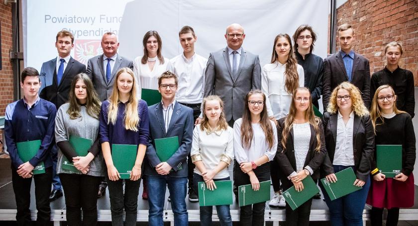 Szkoły i licea, Powiat toruński nagradza prymusów Rekordowa liczba przyznanych stypendiów - zdjęcie, fotografia