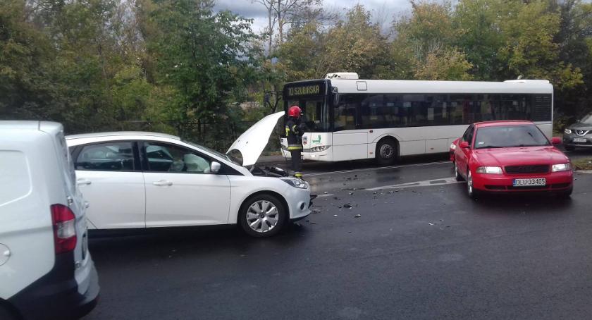 Wypadki, Uwaga! Czołowe zderzenie dwóch samochodów Toruniu Duże utrudnia ruchu [FOTO] - zdjęcie, fotografia