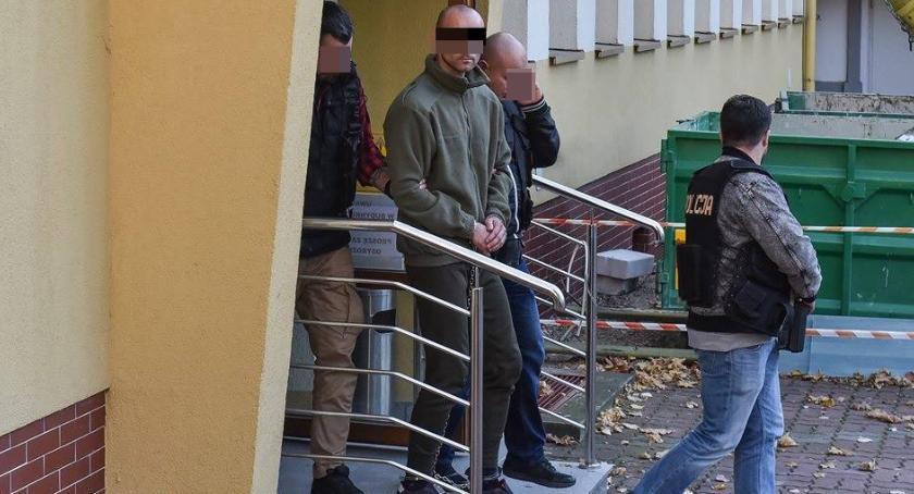 Sprawy kryminalne, podejrzany pedofilię latek Mężczyzna został doprowadzony toruńskiej prokuratury [FOTO] - zdjęcie, fotografia