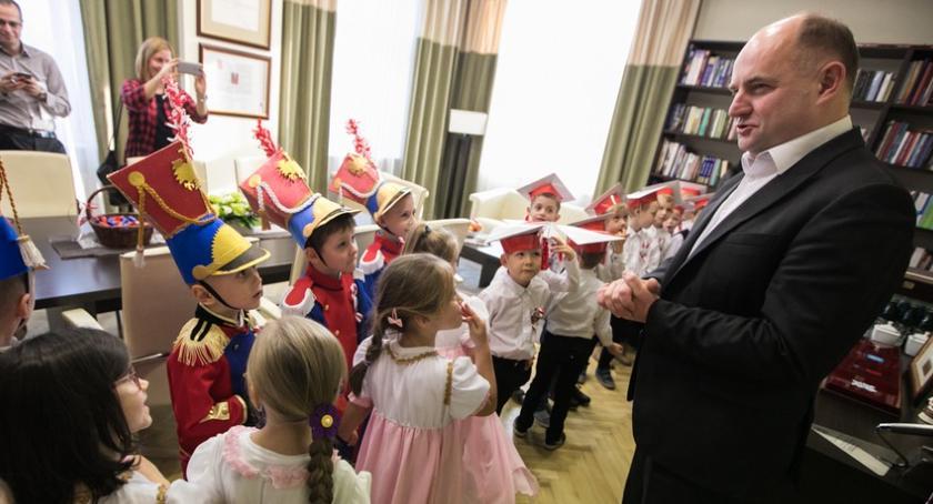 Szkoły i licea, Marszałek Piotr Całbecki porozmawiał przedszkolakami niepodległości [FOTO] - zdjęcie, fotografia