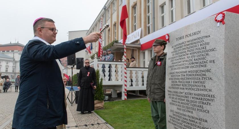 Komunikaty, Toruniu odsłonięto tablicę okazji setnej rocznicy odzyskania niepodległości [FOTO] - zdjęcie, fotografia