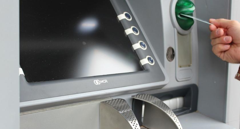 Sprawy kryminalne, Uwaga złośliwe naklejki kodami bankomatach! - zdjęcie, fotografia