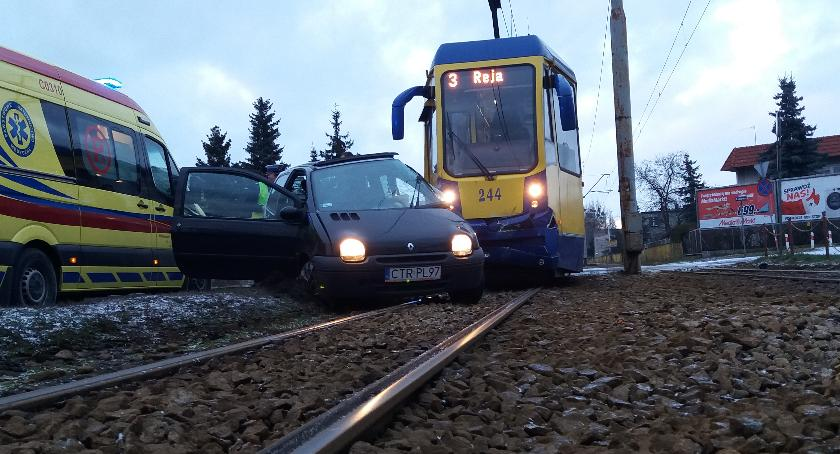 Wypadki, Samochód osobowy wpadł tramwaj Toruniu [FOTO] - zdjęcie, fotografia