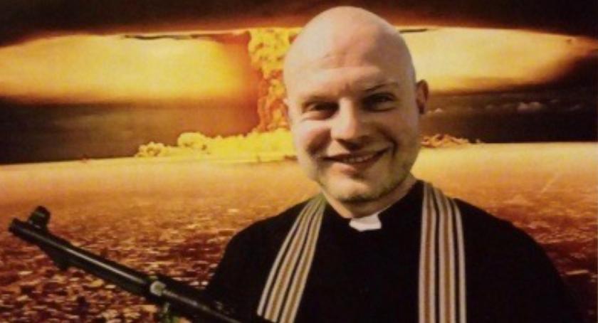 Religia, Ksiądz karabinem maszynowym zachęca przyjęcia kolędy Toruniu [FOTO] - zdjęcie, fotografia