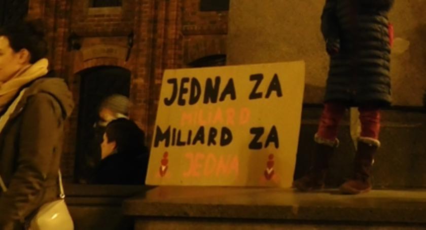 Ciekawostki, Taneczny protest feministek pomnikiem Kopernika [FOTO] - zdjęcie, fotografia