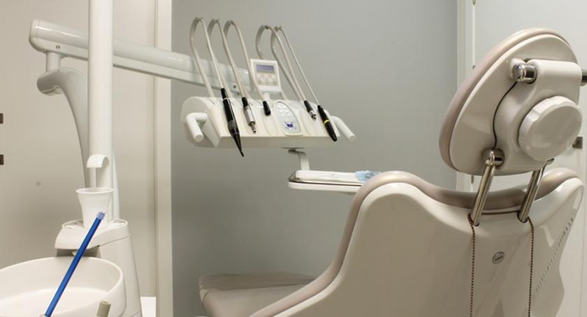 Szkoły i licea, toruńskiej szkole powstał gabinet stomatologiczny - zdjęcie, fotografia