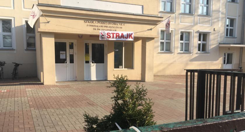 Szkoły i licea, wygląda wewnątrz strajk nauczycieli Toruniu - zdjęcie, fotografia