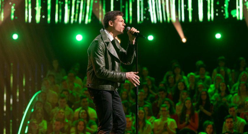 Ciekawostki, Torunianin zaśpiewa przed osobowym ponad milionową publicznością! - zdjęcie, fotografia